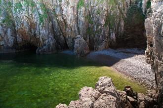 Vrbnik - pláž Podkovač - Krk, Chorvatsko