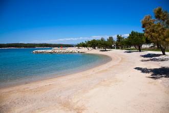 Písčitooblázková pláž Punat - ostrov Krk, Chorvatsko