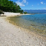 Oblázková pláž v zátoce Melska, Krk