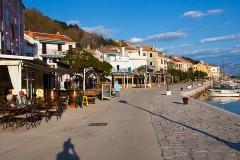 Promenáda v Bašce - Krk, Chorvatsko
