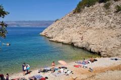 Pláž na ostrově Vrbnik, Krk - Chorvatsko