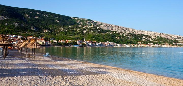 Písčitooblázková pláž v Bašce - Krk, Chorvatsko