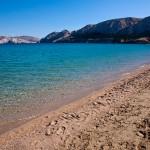 Písčitooblázková pláž v Bašce, Krk